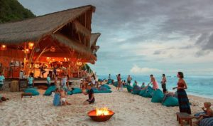 Senja di Sunday Beach Club Menjadi Tempat Wisata di Bali Terbaru yang Lagi Hits - thehoneycombers.com