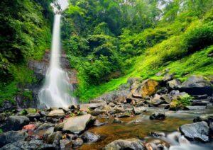 Nikmati Pemandangan Air Terjun Tertinggi di Bali -- qupas.id